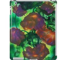Tulipes pourpres dans le feuillage iPad Case/Skin