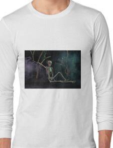 Halloween skeleton resting in graveyard cemetery Long Sleeve T-Shirt