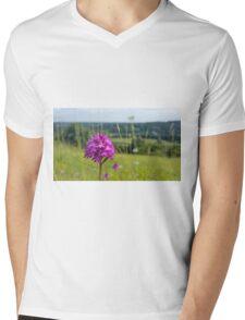 Pyramidal Orchid (Anacamptis pyramidalis) on chalkhill downs Mens V-Neck T-Shirt
