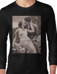 Vintage romance couple kissing Long Sleeve T-Shirt