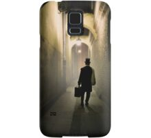 Victorian man with top hat carrying a suitcase in the alley Samsung Galaxy Case/Skin