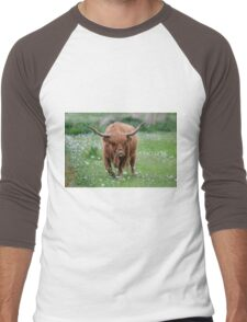 Highland Cattle bull grazing out in a daisy-filled meadow. Men's Baseball ¾ T-Shirt