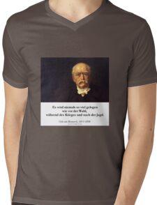 Otto von Bismarck - Es wird niemals soviel gelogen wie vor der Wahl, während des Krieges und nach der Jagd Mens V-Neck T-Shirt