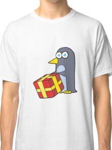 cartoon penguin with christmas present Classic T-Shirt