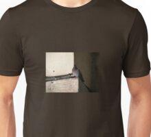 Paloma posada en una cornisa Unisex T-Shirt