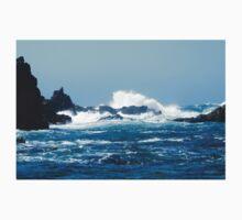 Waves crashing on rocks Kids Tee