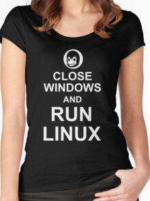 Close Windows and Run Linux - Funny Design for Free Software Geeks Women's Fitted Scoop T-Shirt