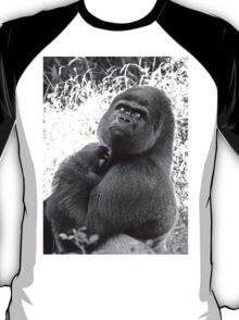 """A gorilla """"Silver Back"""" (9 n&b) (h) who is the star of the day .... T-Shirt"""