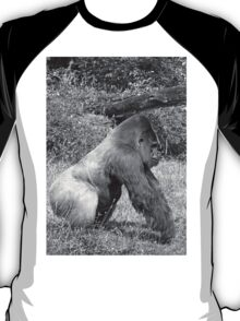 """An intimate portrait close-up 1 (n&b) (h) """"Back Silver"""" A gorilla who is the star of the day .... T-Shirt"""