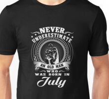 Never underestimate an old man who was born in july T-shirt Unisex T-Shirt