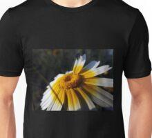 Insecto explorando una flor Unisex T-Shirt
