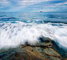 Rocks and waves at Kings Beach, QLD. by artistrobd