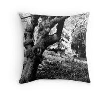 Los secretos torcidos de árboles Throw Pillow
