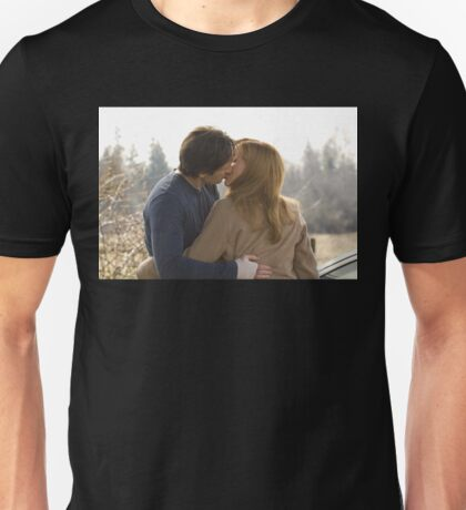 the x files scully and mulder kiss  Unisex T-Shirt