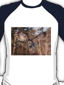 Great Grey Owl swoops down T-Shirt