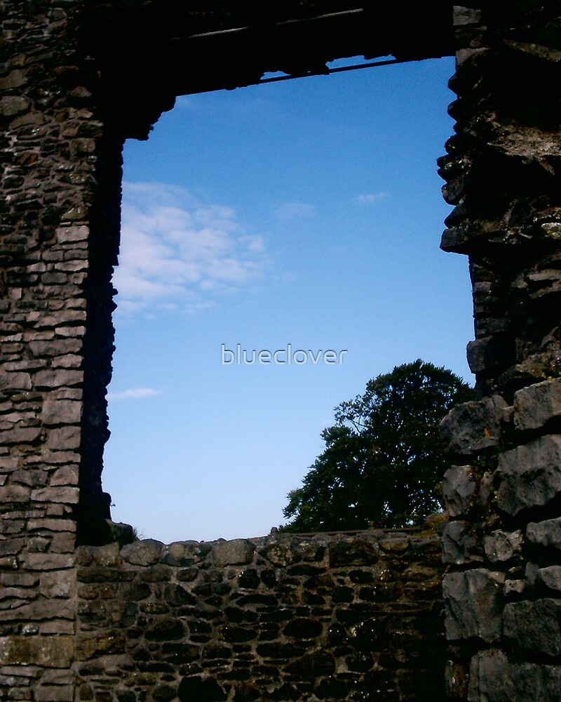 The sky through Kendal Castle's Ruins by blueclover