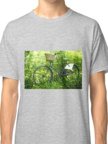 Vintage classical Bicycle against a tree Classic T-Shirt