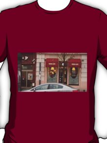 Man and woman kissing in the cafe. T-Shirt