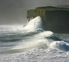 Incoming Wave - 12 Apostles by Hans Kawitzki