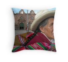 En la Plaza Throw Pillow