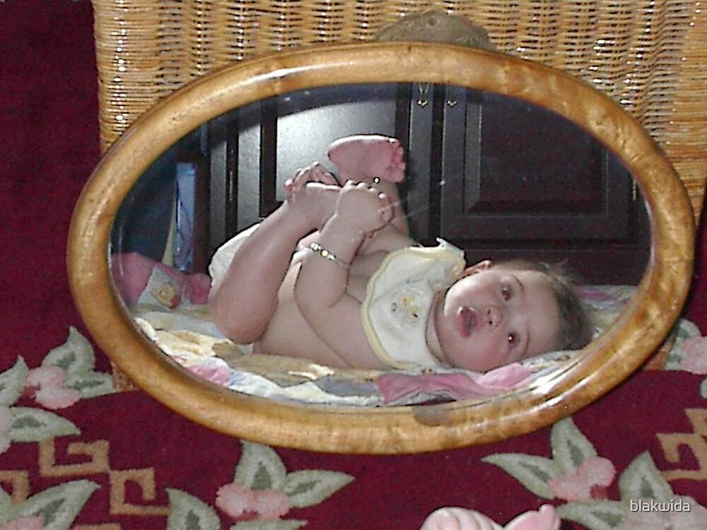 baby in the mirror by blakwida