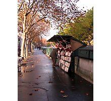 Le bouquiniste solitaire Photographic Print