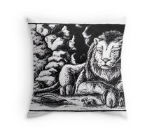The lion and the mouse Throw Pillow
