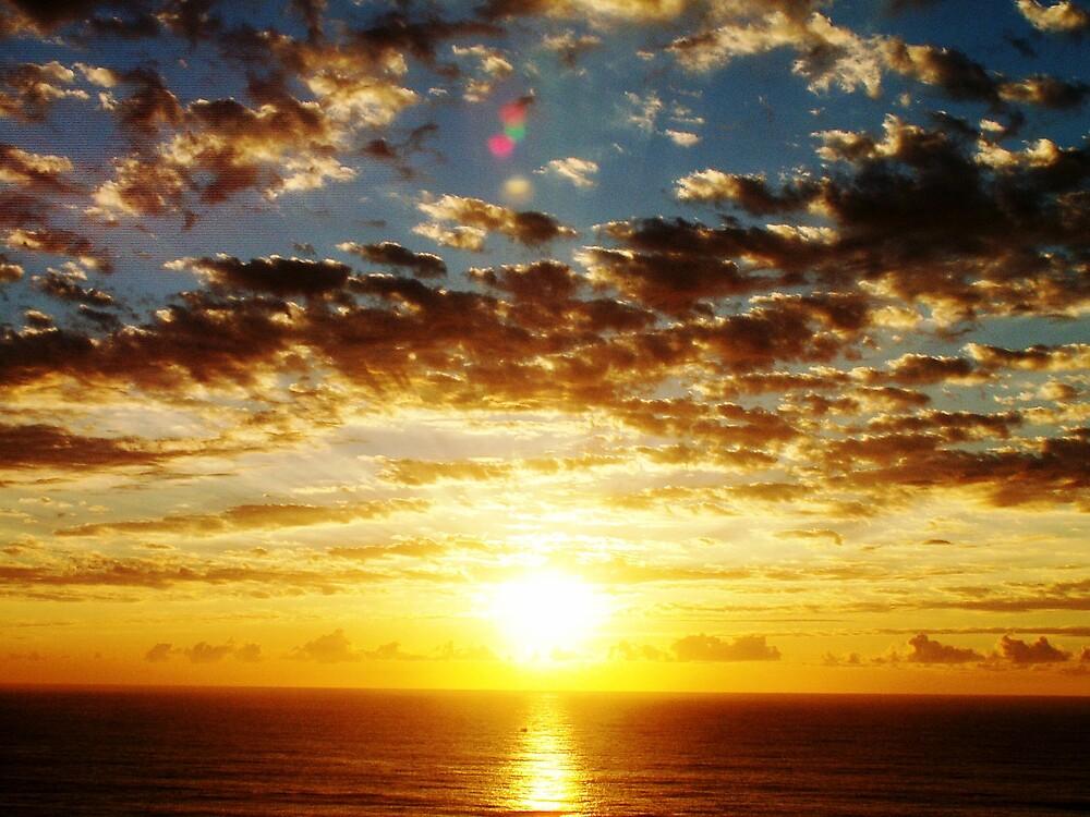 Sunrise over the sea . by GRAEMEGM