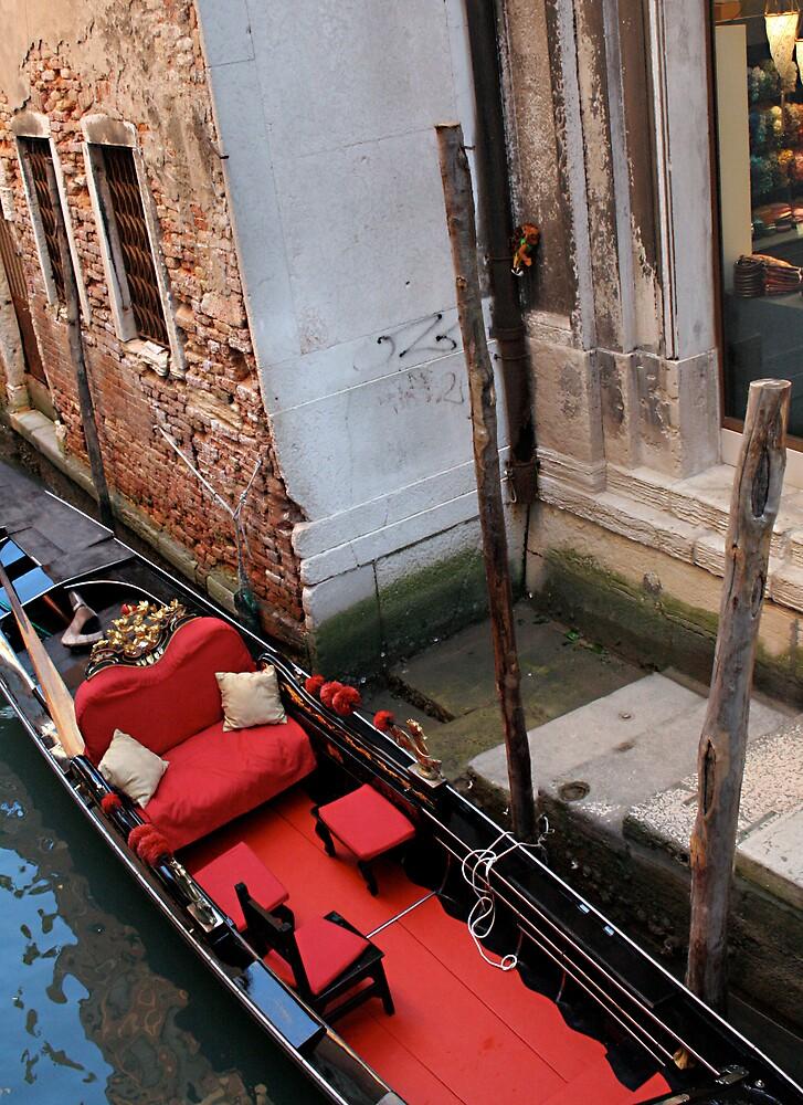 Waiting Gondola by mjds