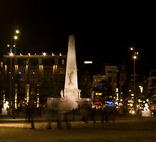 Night in Dam square by kevomanno