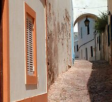 Albufeira alleyway by Tom Gomez