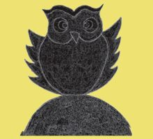 Frizzy-curly owl in black and white on pale background Kids Tee