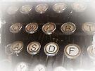 Antique typewriter by buttonpresser