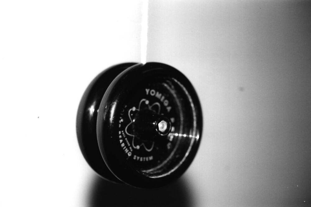 Black & White Yo-yo by Kevin Hendricks