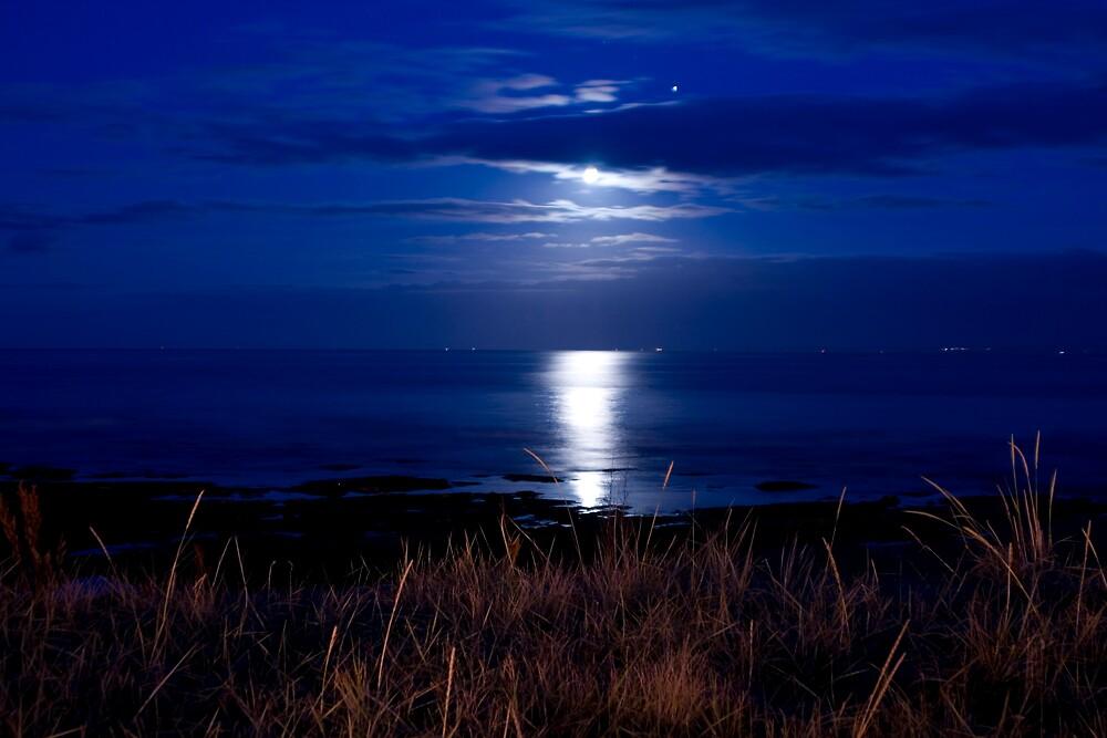 Night across the sea by yusstay