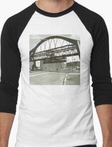 Vintage Wuppertal Floating Train Photo Men's Baseball ¾ T-Shirt