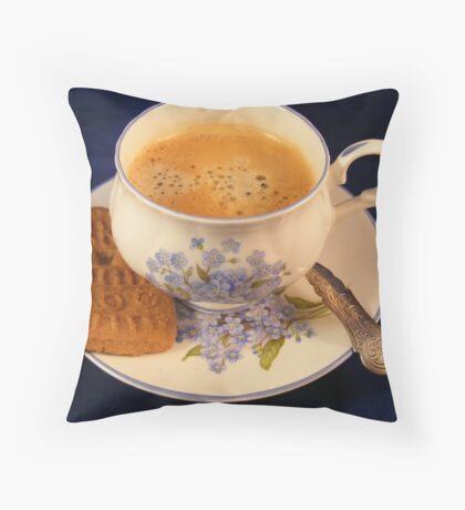 Koffie....koekje erbij?? Throw Pillow