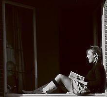 Lachend meisje op de vensterbank by Wessel