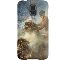 Old farmer burning dead leaves Samsung Galaxy Case/Skin