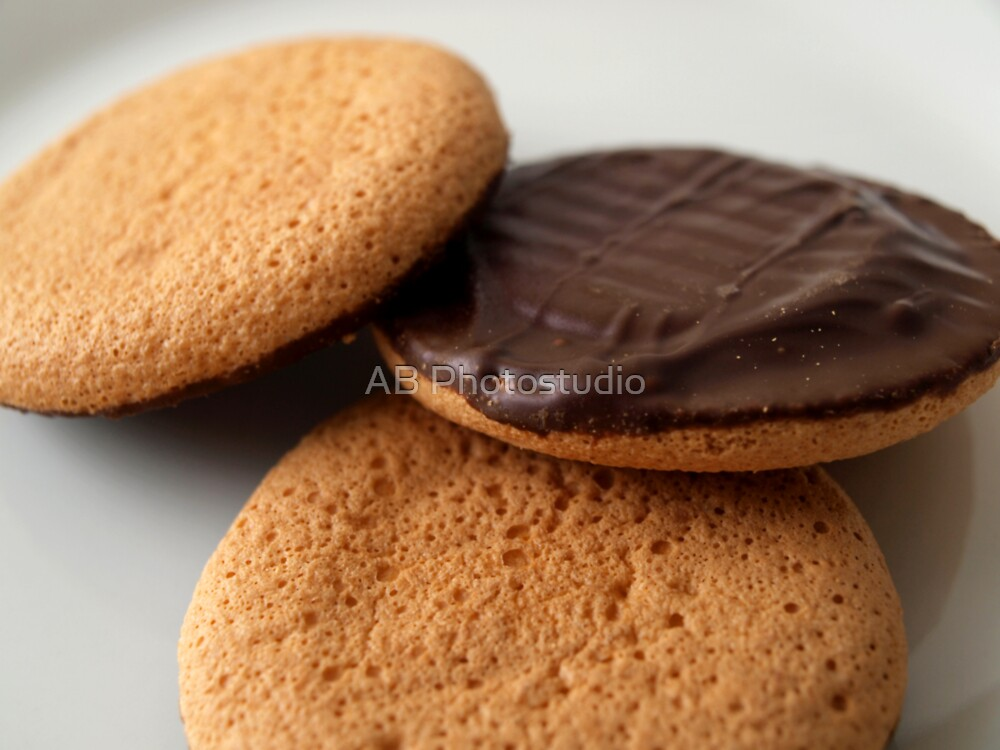 Cookies on a white plate by Arve Bettum