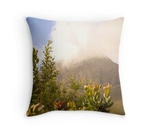 Of moutains and proteas Throw Pillow