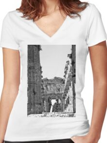 Paestum: photographer girl in the temple Women's Fitted V-Neck T-Shirt