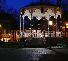 Muziek Kiosk op het Munsterplein, Roermond by George Parapadakis (monocotylidono)