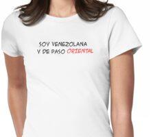 (F) Soy Venezolana y de paso Oriental - letras negras y rojas Womens Fitted T-Shirt