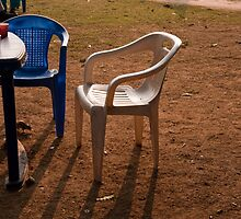 Coffee cups along with chairs and tables in a quiet location by ashishagarwal74