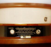 Old radio by Paola Svensson