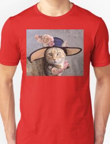 PRINCESS TATUS / ELEGANT CAT WITH DIVA HAT AND PINK ROSES  Unisex T-Shirt