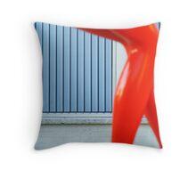 Miró(,) tus piernas Throw Pillow