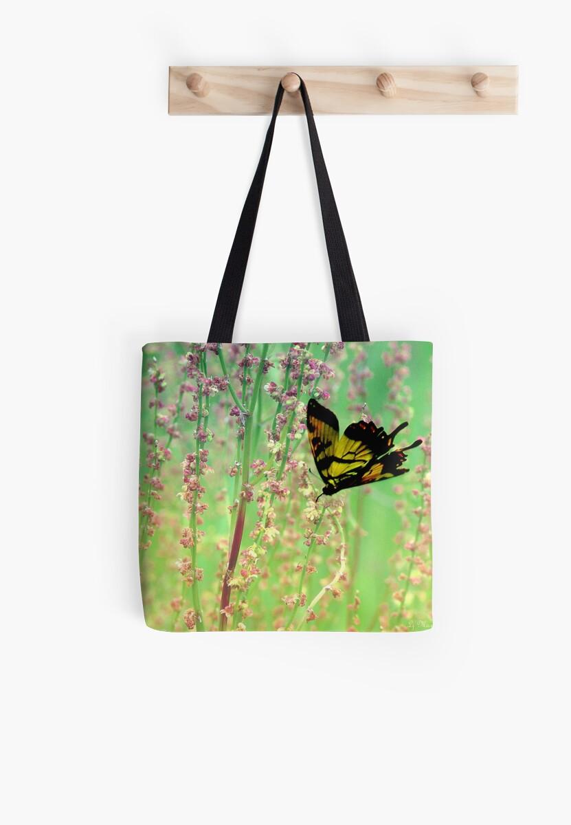 Butterfly in Flight by LjMaxx