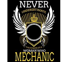 NEVER UNDERESTIMATE THE POWER OF A WOMAN WHO MECHANIC Photographic Print